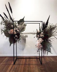 Modern simple arch with minimal florals? Deco Floral, Arte Floral, Floral Design, Floral Arch, Ceremony Backdrop, Wedding Ceremony, Floral Wedding, Wedding Flowers, Decoration Evenementielle