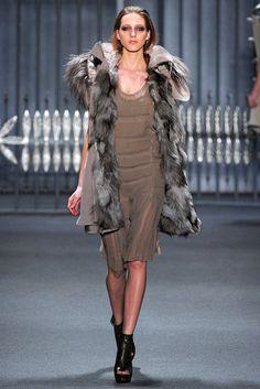Vera Wang Fall 2011 Ready-to-Wear Fashion Show - Iris Egbers
