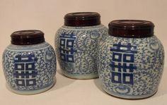Drei Ingwergefäße mit Holzdeckel, China, 19. Jh., H. bis zu 24cm