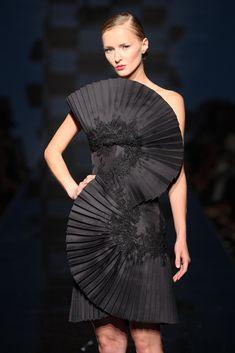 Fausto Sarli Haute Couture dress black dress cocktail dress formal dress little black dress couture dress Look Fashion, Fashion Art, Runway Fashion, Fashion Beauty, Fashion Show, Fashion Design, Couture Dresses, Fashion Dresses, Structured Fashion