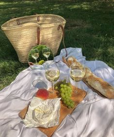 Discovered by ♡🅻🅰🅳🅴🅴_ORCHARD♥︎. Find images and videos about girl, fashion and summer on We Heart It - the app to get lost in what you love. Picnic Date, Beach Picnic, Comida Picnic, Good Food, Yummy Food, Aesthetic Food, Food Porn, Brunch, Food And Drink
