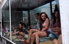 """A organização não governamental End It lançou uma campanha para alertar a população contra o tráfico de mulheres, vendidas como objeto sexual. No vídeo, as mulheres são """"sequestradas"""" e trancafiadas em um caminhão. Com o contâiner de vidros, o veículo circulou pelas ruas de Atlanta, nos Estados Unidos, simulando um cativeiro. A intervenção chocou a...<br /><a class=""""more-link""""…"""