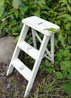 Vintage step stool with stenciled numbers - super easy Wooden Ladders, What's Your Number, Old Ladder, Step Stools, Garage Sale Finds, Flea Market Finds, Letters And Numbers, Basement Ideas, Crowns