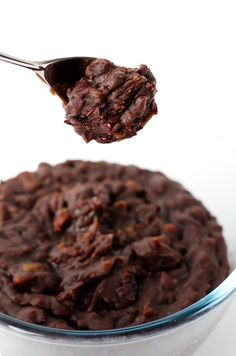 How to make red bean paste - The azuki bean (赤红豆, Chi Hong Dou) is one of the most important ingredients for making Chinese desserts. It is commonly used in Mainland-style hot pastries and Cantonese and Taiwanese cold desserts. Pastas Recipes, Cooking Recipes, Mochi, Red Bean Dessert, Red Bean Paste, Asian Desserts, Chinese Desserts, Cold Desserts, Almond Cookies