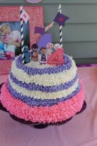 Pastel para piñata para fiesta doctora juguetes Doc McStuffins Party www.ComoOrganizarLaCasa.com mesa de postres fiesta doctora juguetes Pastes de cumpleaños de Doctora juguetes #piñata #DoctoraJuguetes