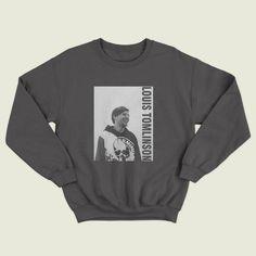 SUDADERA LOUIS TOMLINSON -Este hermoso suéter de estilo vintage hará el regalo perfecto para cualquier fan de Louis. Nuestras sudaderas encantadoras son súper suaves al tacto y están HECHAS EN PORTUGAL. Guía del tamaño de la sudadera: Pequeño-Pit a hoyo 50cm longitud-63cm Longitud del brazo – Louis Tomlinson, One Direction Hoodies, Look 80s, Shirt Outfit, Diy Clothes, Graphic Sweatshirt, Fashion Outfits, My Style, Sweatshirts
