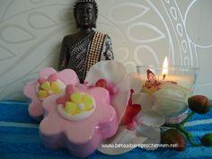 Handgemaakte badbruisbloem in heerlijke geuren voor een weldadig en ontspannen bad. www.betaalbaregeschenken.nl