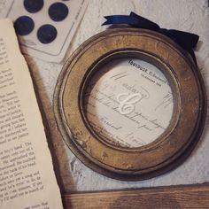 """古真鍮のくすんだ色をペイントで表現した木製の丸いフォルムのフレームです。このフレームは中身を入れ替えたりできません。裏は外せないように釘で打ってあります。フランスのアンティークペーパーを使っていて、イニシャルは""""C """"です。サイズ 直径およそ11.5㎝ですアンティークな雰囲気漂うドライフラワーも似合う一品です木が繋いでくれる縁を大切にしています"""
