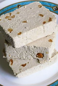 This recipe for halva comes from Iran. There are many variations, such as Jewish halva or Greek halva. It is a sweet pastry served with tea or coffee. Learn how to make authentic halva. East Dessert Recipes, Candy Recipes, Sweet Recipes, Middle East Food, Middle Eastern Desserts, Arabic Dessert, Arabic Food, Arabic Sweets, Turkish Sweets