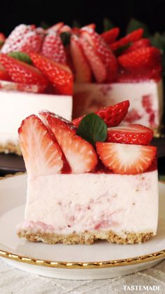 Strawberry Cheesecake, Beautiful Topping, No Bake: fresh strawberries, sugar. Just Desserts, Delicious Desserts, Yummy Food, Tasty, Strawberry Cheesecake, Cheesecake Recipes, Dessert Recipes, Strawberry Cakes, Graham Crackers