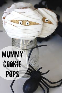 Easy Halloween mummy cookie pop DIY! #halloween #treats #mummies