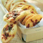 Biscuits au chorizo et aux olives : -6 blancs d'œufs -65 g de farine -100 g de chorizo -50 g d'olives vertes -1 cuil. à soupe d'huile -poivre du moulin #apéro