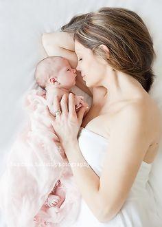Neugeborenes mit Mutter in weiß und rosa gehaltenes Set. Inspirierend für ein erstes Fotoshooting mit Baby :: Andrea Hallett Photography Blog » 2011 » May