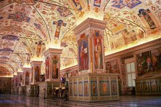 Biblioteca Vaticana Fu stituita da papa Niccolò V e completata da Sisto IV. Oggi la Biblioteca Vaticana custodisce circa 180.000 volumi manoscritti e d'archivio, 1.600.000 di libri stampati, più di 8.600 incunaboli, 300.000 tra monete e medaglie, 150.000 fra stampe, disegni e matrici, e oltre 150.000 fotografie.    #TuscanyAgriturismoGiratola