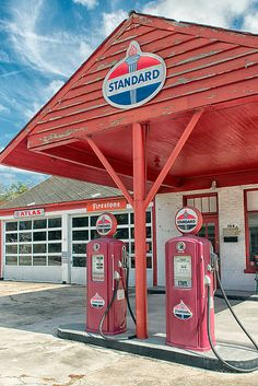 The Old Filling Station Old Gas Pumps, Vintage Gas Pumps, Vintage Ads, Dodge Muscle Cars, Standard Oil, Classic Tractor, Old Gas Stations, Energy Industry, Filling Station