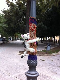 "Lamp post hugging to bring a smile ""Murr the cat"" by Margherita Atzori Guerrilla Knitting and bombing - Yarn Bombing.I think I should yarn bomb the balls in Edmonton on whitemud 😀😀🌞🌞 michele Yarn Crafts, Fabric Crafts, Urbane Kunst, Amazing Street Art, Amazing Art, Yarn Bombing, Crochet Art, Knitting Yarn, Urban Art"