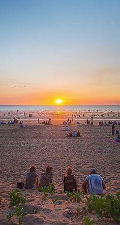 Earth's natural cinema, friends watching the sunset in Darwin Beach, Australia /// #travel #wanderlust