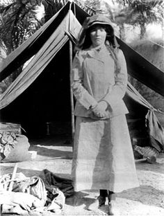 Gertrude Bell in visiting archaeological excavations in Babylon. Died 12 July 1926 - Baghdad, British Mandate of Mesopotamia (present day Iraq) Bagdad, Durham, Gertrude Bell, Empire Ottoman, Lawrence Of Arabia, Indiana Jones, Samara, Famous Women, Real Women