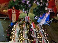 شجرة عيد الميلاد الكريسماس في التحرير تتزين بصور الشهداء حاطين تماثيل العذراء ويسوع و صور الشهداء و شموع و مشغلين قصيد Christmas Tree Christmas Holiday Decor