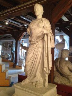 Gudinden Themis fra Rhamnous. Signeret af billedhduggeren Chairestratos. Græsk, hellenistisk ca. 300 fvt.