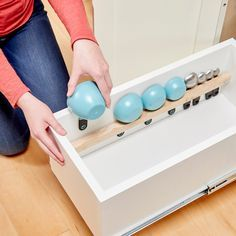 Keep your kitchen drawers organized with this Handy Hint! This DIY drawer organizer for measuring cups and spoons is super easy! Diy Drawer Organizer, Kitchen Drawer Organization, Family Organizer, Kitchen Drawers, Drawer Organisers, Home Organization, Organization Ideas, Kitchen Cabinets, Organization Station