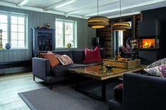 ETTER: Ønsker du en mer sosial og inkluderende stue så er det lurt å gjøre som Anne Grethe og Mats. Snu sofaene mot hverandre, i stedet for å vende dem mot tv-en. Det store salongbordet er raust, her er det plass til både et lite måltid og et slag med brettspill. Peis fra Jøtul. Sofa og bord er begge fra Slettvoll. Gulvene i huset er originale, men er slipt ned og beiset med fargen Hellegrå fra Osmo. Couch, Sofa, Furniture, Home Decor, Beige, Settee, Settee, Decoration Home, Room Decor