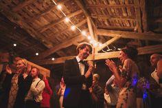 Bal des mariés, le marié et la mariée dansent éclairés par les guirlandes. Photographe mariage Bordeaux.