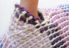 Thumb gore in mittens in Tunisian crochet in the round. Koukutut lapaset, peukalokiila.