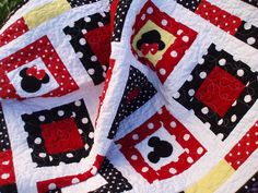 Mickey & Minnie Mouse Quilt Story: Disney inspired quilt from Nina. Disney Diy, Disney Crafts, Disney Magic, Mickey Minnie Mouse, Mickey Mouse Quilt, Disney Mickey, Quilt Baby, Rag Quilt, Patchwork Quilting