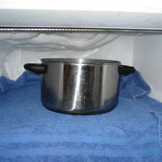 Staat er telkens een grote, dikke ijslaag op je te wachten zodra je je diepvriezer opendoet? Hoog tijdom 'm te ontdooien en uit te kuisen! Maar hoe doe je dat nu het best? Voorbereidend werk Zet de vriezer uit en maak 'm helemaal leeg. Bewaar de producten in een koelzak of frigobox. Heeft je diepvries … Continued
