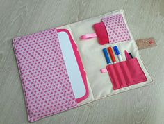 Pochette ardoise en tissu rose origami. : Ecole et loisirs par latelierdeloulou Sewing For Kids, Diy For Kids, Creative Crafts, Diy And Crafts, Origami, Art Bag, Fabric Markers, Creation Couture, Couture Sewing
