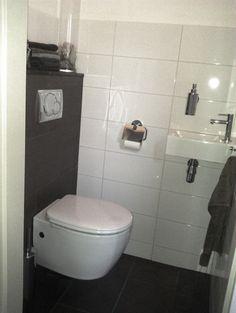 toilet met vloertegels op voorbouw toilet
