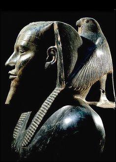 Estatua de Kefrén, IV Dinastía. El Cairo, Museo Egipcio. Detrás del nemes aparece el dios Horus bajo la forma de halcón, divinidad de la que Kefrén es su encarnación.