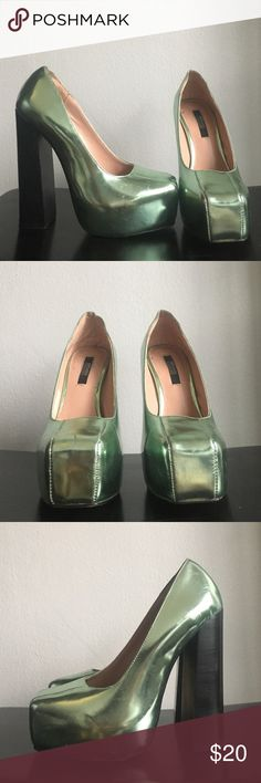 Metallic green heels size 35 Very high block heel with hidden platform. Slight wear-and-tear. Senso Diffusion Shoes Heels