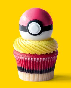 Learn how to make these gorgeous Poké Ball Cupcakes. Perfect for any Pokémon fan! Learn how to make these gorgeous Poké Ball Cupcakes. Perfect for any Pokémon fan! Pokemon Cupcakes, Batman Cupcakes, Cupcake Videos, Cupcake Recipes, Dessert Recipes, Fancy Desserts, Delicious Desserts, Yummy Food, Tasty