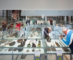 KAAP SKIL Weinigen kennen de roemruchte VOC-geschiedenis van Texel. In de 17e en 18e eeuw vertrok de vloot van de Verenigde Oost-Indische Compagnie (VOC) vanuit de ankerplaats 'Reede van Texel' naar de Oriënt. In die tijd was Texel het Schiphol van Nederland. Deze bijzondere geschiedenis wordt verteld in het nieuwe entreegebouw van 'KAAP SKIL –meer ...