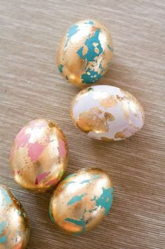 Dye and paint easter eggs, of course - sparcey Ostereier natürlich färben und bemalen Paint easter eggs with gold leaf Easter Crafts, Holiday Crafts, Holiday Fun, Easter Decor, Easter Ideas, Easter Dyi, Gold Easter Eggs, Easter Centerpiece, Easter Projects