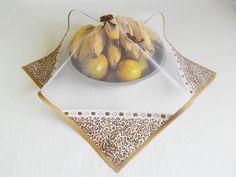 ***COBRE ALIMENTO - com tecido de animal print oncinha marrom e caramelo com borboletinhas***    Almoço em família... Comida na mesa... Amigos reunidos... Churrasquinho ao ar livre... Que tal não esquecer de cobrir os alimentos para os insetos não pousarem???!!!  Não cubra mais os alimentos expos... Sewing Tutorials, Sewing Crafts, Sewing Projects, Old Magazine Crafts, Peg Bag, Patch Quilt, Crochet Squares, Love Sewing, Hot Pads