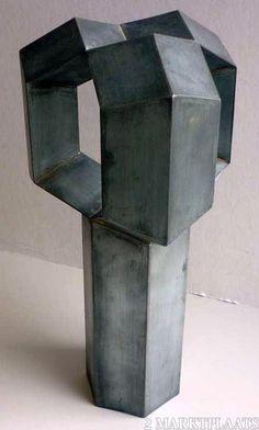 Geometrisch kunstwerk vervaardigd van stroken zink
