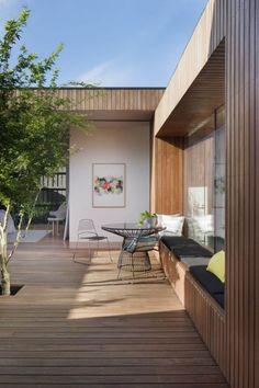 moderne Architektur von Einfamilienhaus - Fassadenverkleidung und Boden aus Bangkirai Holz