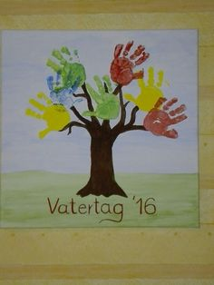Vatertagsgeschenk aus Fingerfarben  Baum mit Kinderhänden auf einem Keilrahmen
