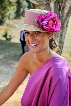 Off-the-shoulder/on-the-head Contrast made perfect by a killer Tan and a killer-er Smile. (Consider me dead. Wedding Guest Style, Wedding Styles, Glamour, Wedding Hats For Guests, Fascinator Hats, Fascinators, Headpieces, Fancy Hats, Wedding