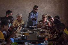 Partage du repas avec les filles de l'internat de Lioulgou lycée agricole financé par l'ACKSP