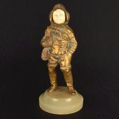 Georges Omerth, (1895-1925). Escultura francesa Art deco, cerca de 1925 de  bronze e marfim representando figura de menino. Alt. 17 cm. Assinado. Base R$1.800,00. Nov16