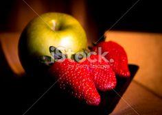Fotografía Gema Ibarra: Una manzana verde y tres fresas