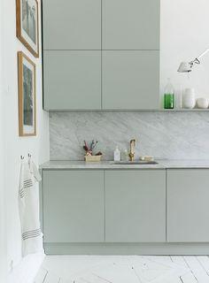Un vert pâle grisé pour cette cuisine sobre et design - vraiment chic. J'adore les 4 cubes en hauteur...