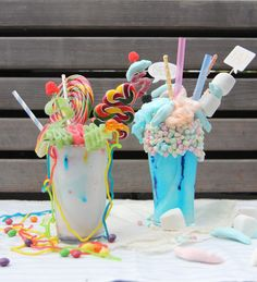 Monstermilchshakes für deine nächste Party mit Süßigkeiten, Marshmallows und Lollies