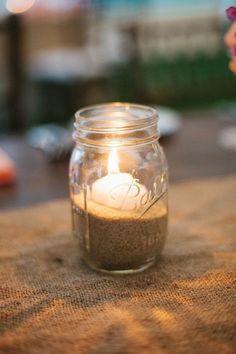 On aime le côté enfantin et rétro de ce photophore. En réutilisant un vieux pot de confiture en verre on ajoute un petit côté douceur de l'enfance à votre décoration. Remplissez le ensuite de sable et placez au centre une petite bougie de la couleur de votre choix pour un rendu très cute.