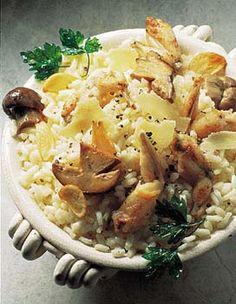 Recette risotto aux cuisses de grenouilles : Manchonnez le haut des cuisses de grenouilles (c'est-à-dire décollez au couteau la chair en haut de l'os) et farinez les cuisses. Mettez les parures de côté. Epluchez l'ail et pressez-le. Brossez les cèpes et coupez-les en dés de 1 cm. Lavez et ha...