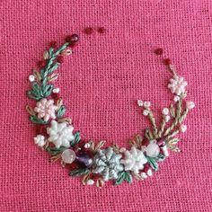 """좋아요 705개, 댓글 5개 - Instagram의 【atelier Ao】Mayu Kashimoto(@atelier.ao)님: """"* * I made a crown of flowers. * * 鮮やかなピンクのリネン生地に、花かんむりを作りました。 * * アメジスト、ガーネット、ローズクォーツを飾りました。 * * *…"""""""